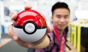 batterie-externe-pokemon-go-pokeball-une